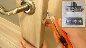 Как установить фиксатор на дверь